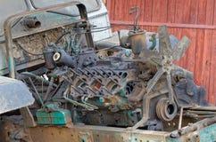 Отчасти демонтированный двигатель старого трактора Стоковые Фотографии RF