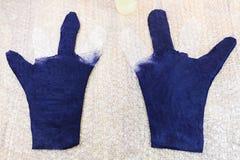 Отчасти форменные влажные перчатки на циновке стоковое изображение rf
