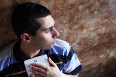 Отчаяние арабского египетского бизнесмена с таблеткой Стоковое Фото
