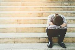 Отчаяние кризиса безработных и обжатие людей стресса в офисе чувствуют что напряженный не смогите принять решение решениее безраб стоковые фото