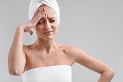 Отчаянная девушка имеет боль в ее голове стоковое изображение rf
