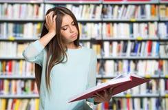 Отчаянная женщина смотря ее книгу стоковая фотография rf