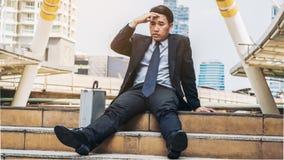 Отчаянный бизнесмен сидя безвыходно на поле лестницы стоковые фотографии rf