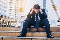 Отчаянный бизнесмен сидя безвыходно на поле лестницы стоковые изображения