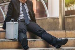Отчаянный бизнесмен сидя безвыходно на поле лестницы стоковое изображение rf