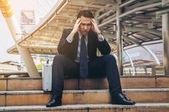 Отчаянный бизнесмен сидя безвыходно на поле лестницы стоковые изображения rf