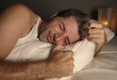 Отчаянный и подавленный средний достигший возраста человек неспособный для того чтобы спать кризис тревожности страдания и расстр стоковое фото rf
