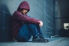 Отчаянный сиротливый усаженный человек Стоковая Фотография RF