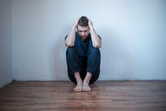 Отчаянный человек в тревоге чувствуя плохой Стоковая Фотография