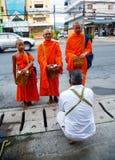 Отчетность от улицы, ритуал подарка еды для монаха Стоковые Изображения RF