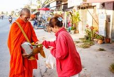 Отчетность от улицы, ритуал подарка еды для монаха Стоковые Фото