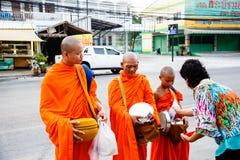 Отчетность от улицы, ритуал подарка еды для монаха Стоковая Фотография