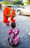 Отчетность от улицы, ритуал подарка еды для монаха Стоковые Фотографии RF