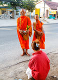 Отчетность от улицы, ритуал подарка еды для монаха Стоковая Фотография RF