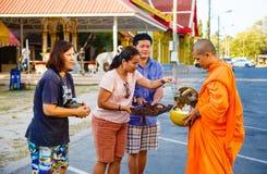 Отчетность от улицы, ритуал подарка еды для монаха Стоковое Фото
