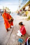 Отчетность от улицы, ритуал подарка еды для монаха Стоковые Изображения