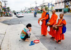 Отчетность от улицы, ритуал подарка еды для монаха Стоковое Изображение RF