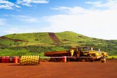 Отчетливо произношенные тележки перетаскивания на месте шахты в Африке Стоковые Фотографии RF