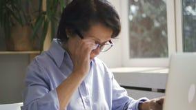 Отчет о зрелой коммерсантки печатая ее компьтер-книжка видеоматериал