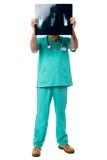 Отчет о рентгеновского снимка рассматривая пациента доктора Стоковые Фото