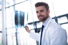 Отчет о рентгеновского снимка удерживания доктора Стоковое Фото