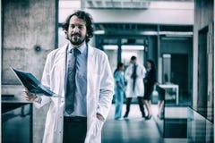 Отчет о рентгеновского снимка удерживания доктора Стоковые Фотографии RF