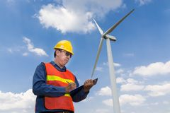 Отчет о сочинительства электрического инженера под родами силы ветротурбины Стоковая Фотография RF