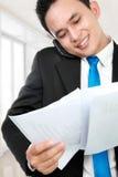 отчет о удерживания бизнесмена стоковое изображение rf