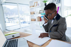 Отчет о чтения бизнесмена пока говорящ на телефоне Стоковое Изображение RF