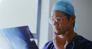 Отчет о 4k рентгеновского снимка мужского доктора рассматривая видеоматериал