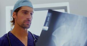 Отчет о 4k рентгеновского снимка мужского доктора рассматривая акции видеоматериалы