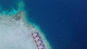 От вилл береговой линии атолла к глубине океана над взглядом сток-видео