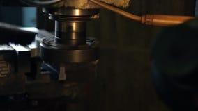 Отделка молоть горизонтальной поверхности детали на мельнице тяжелой техники сток-видео