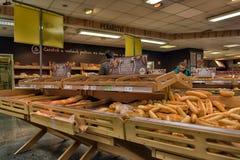 Отдел хлебопекарни в супермаркете стоковое фото rf