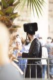 От задней части человек в традиционной еврейской черной меховой шапке и внутри Стоковая Фотография RF