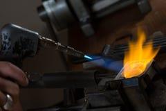 Отливка металла с паяльной лампой стоковая фотография