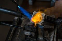 Отливка металла с паяльной лампой стоковое фото rf