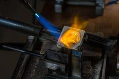 Отливка металла с паяльной лампой стоковые фото