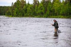 Отливка мухы на реке стоковая фотография rf