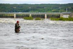 Отливка мухы на реке стоковые фото
