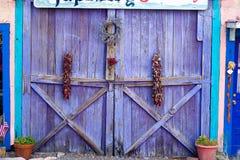 Отличительной дверь покрашенная лавандой в Неш-Мексико Стоковые Фото