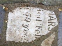 От камня фигурной стрижки кустов надгробной плиты кладбища вымощая, 3 Стоковые Фотографии RF
