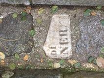 От камня фигурной стрижки кустов надгробной плиты кладбища вымощая, 8 Стоковая Фотография