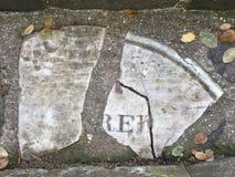 От камня фигурной стрижки кустов надгробной плиты кладбища вымощая, 9 Стоковые Фотографии RF