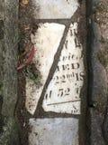 От камня фигурной стрижки кустов надгробной плиты кладбища вымощая, 13 Стоковая Фотография RF