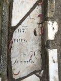 От камня фигурной стрижки кустов надгробной плиты кладбища вымощая, 35 Стоковое Изображение RF