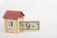 От дома игрушки дверь вставляет вне 10 долларов США банкноты Стоковая Фотография