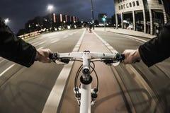 От первого лица взгляд велосипедиста в городе Стоковое Фото
