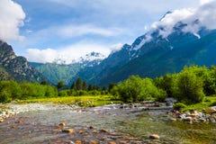От реки берег раскрывает взгляд на фантастическом леднике Стоковое Фото