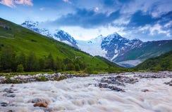 От реки берег раскрывает взгляд на фантастическом леднике Стоковые Фотографии RF